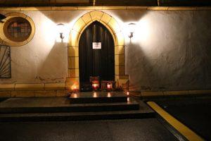 Eine stimmunsvolle Beleuchtung geleitete die Konzertbesucher in die Kirche